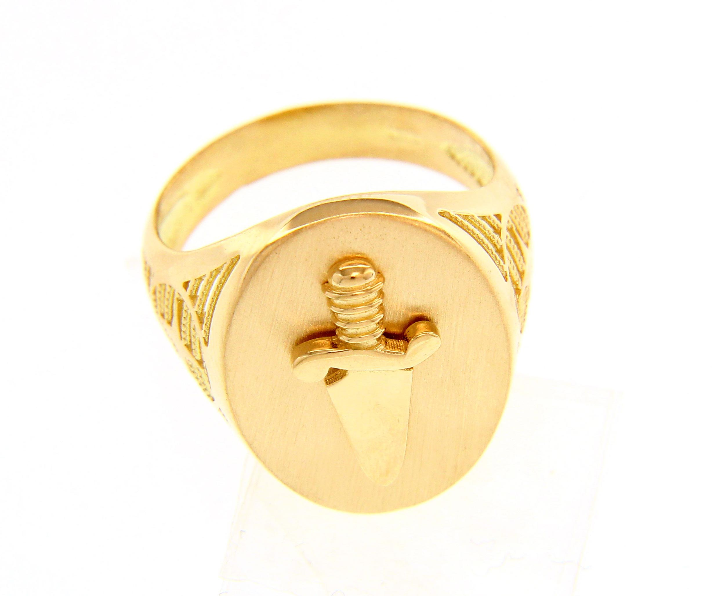 Stylish and bold 18ct Yellow gold Ring with Dagger